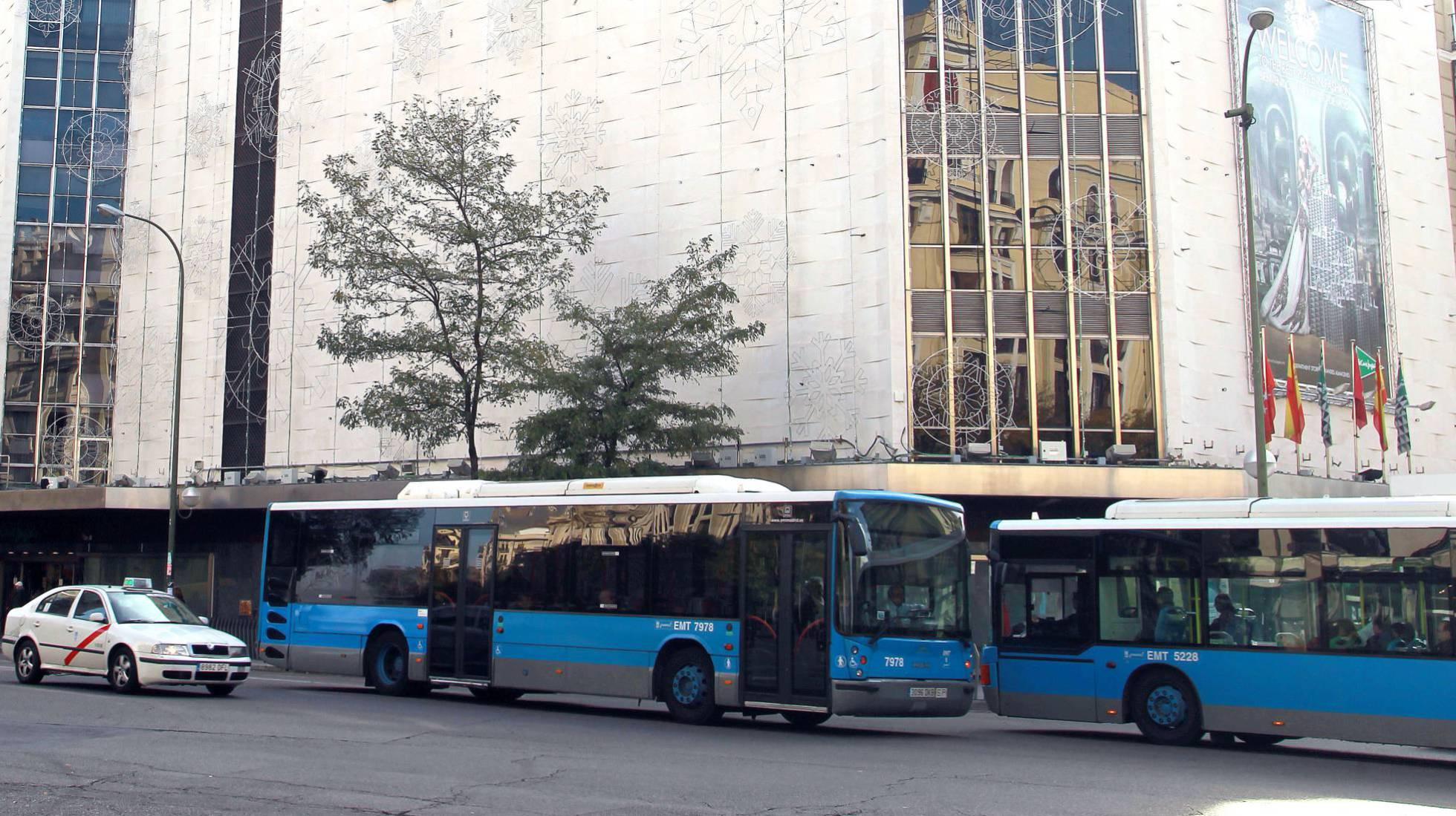 imagen de los autobuses de la EMT de Madrid junto con el taxi